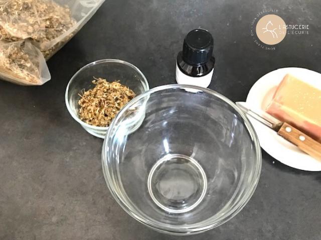 camomille, savon neutre, glycérine entrant dans la composition d'un shampoo naturel et fait maison pour les chevaux